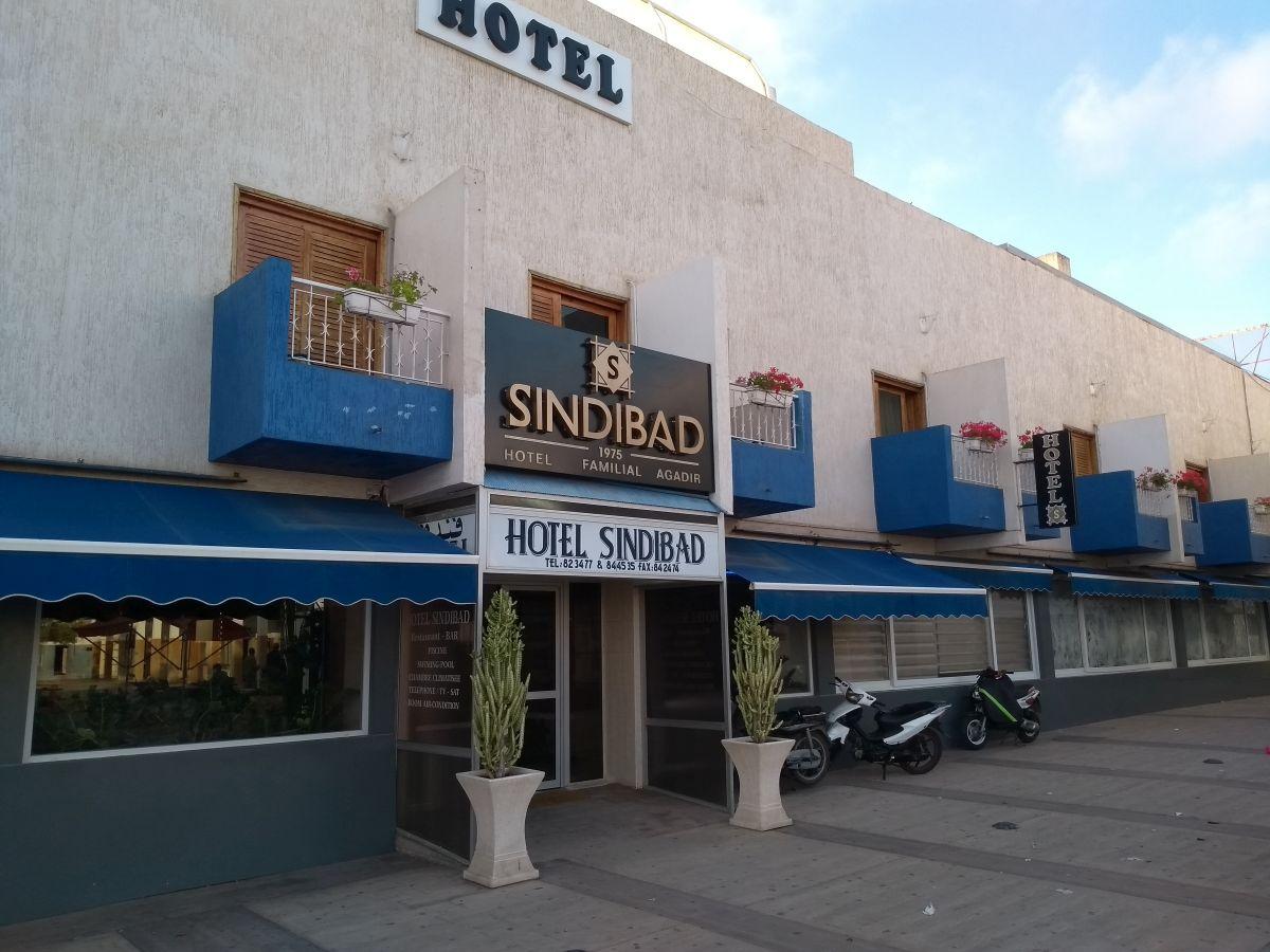Fassade des Hotels mit blauen Balkonen