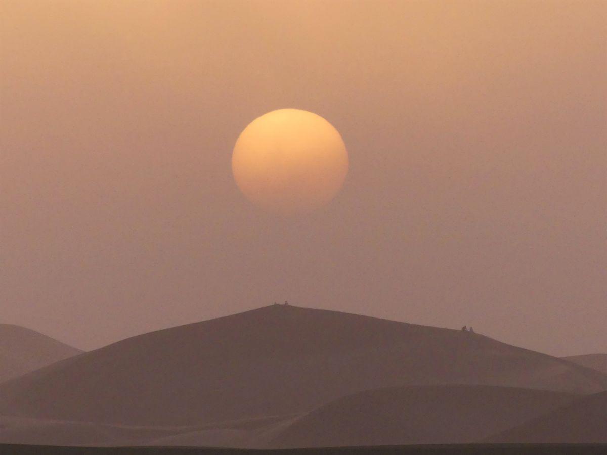 Sonnenuntergang im Sandsturm in der Sahara