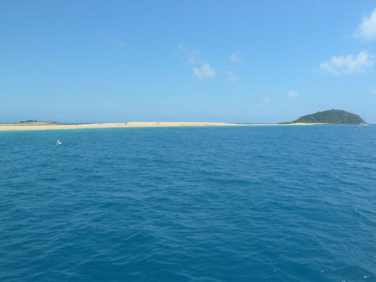 Blaues Meer, im Hintergrund weißer Strand