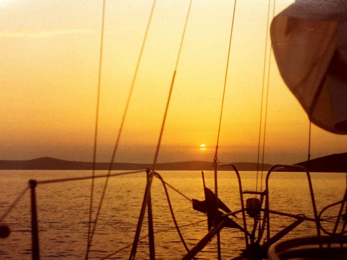 Segelyacht auf abendlichem Meer