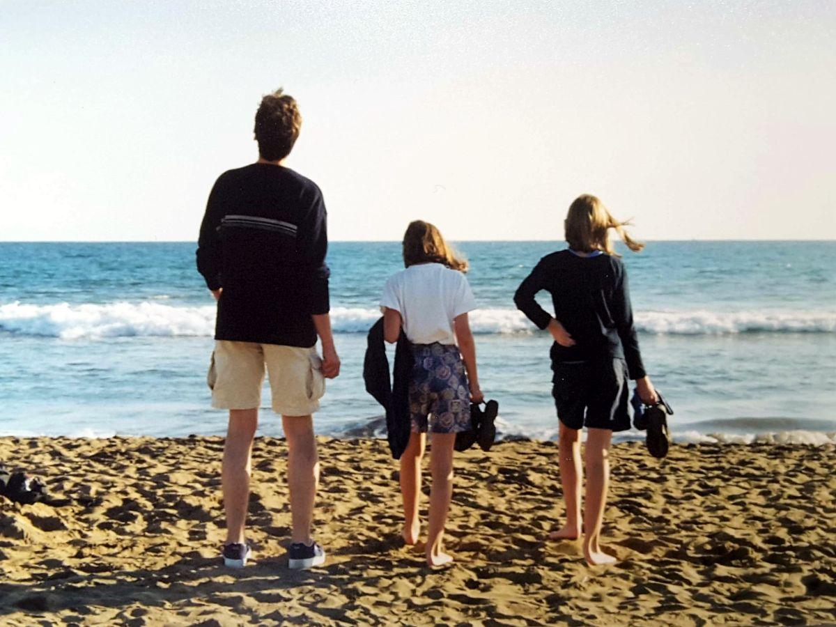 Marcus mit zwei Kindern am Strand