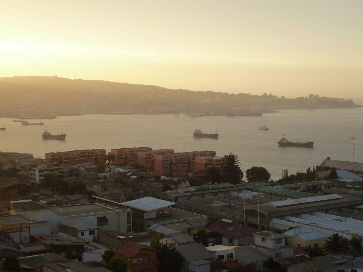 Große Frachtschiffe ankern in der Bucht