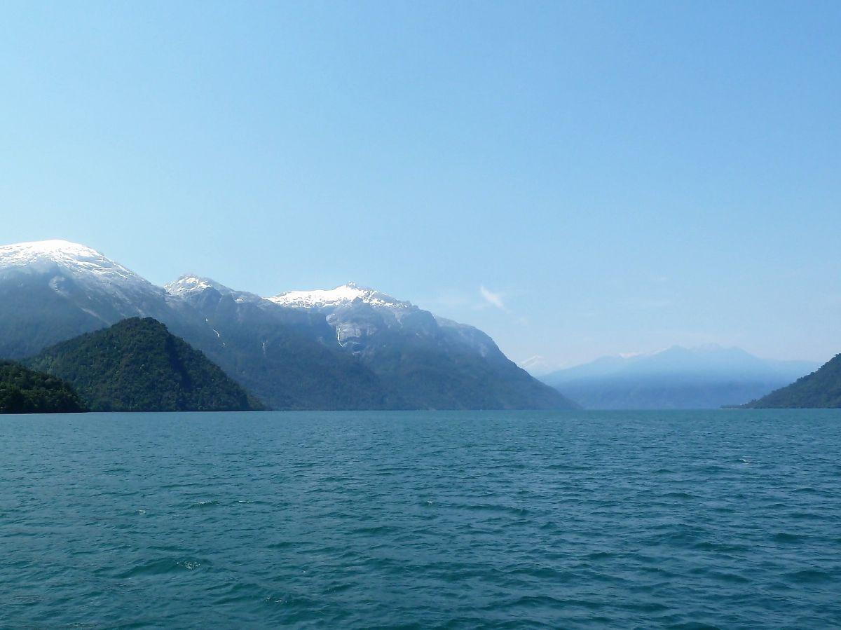 Schneebedeckte Berge am Ufer des Wassers