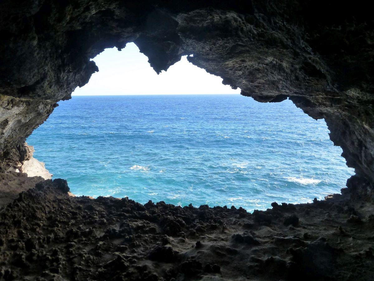 Blick durch Felsöffnung aufs Meer