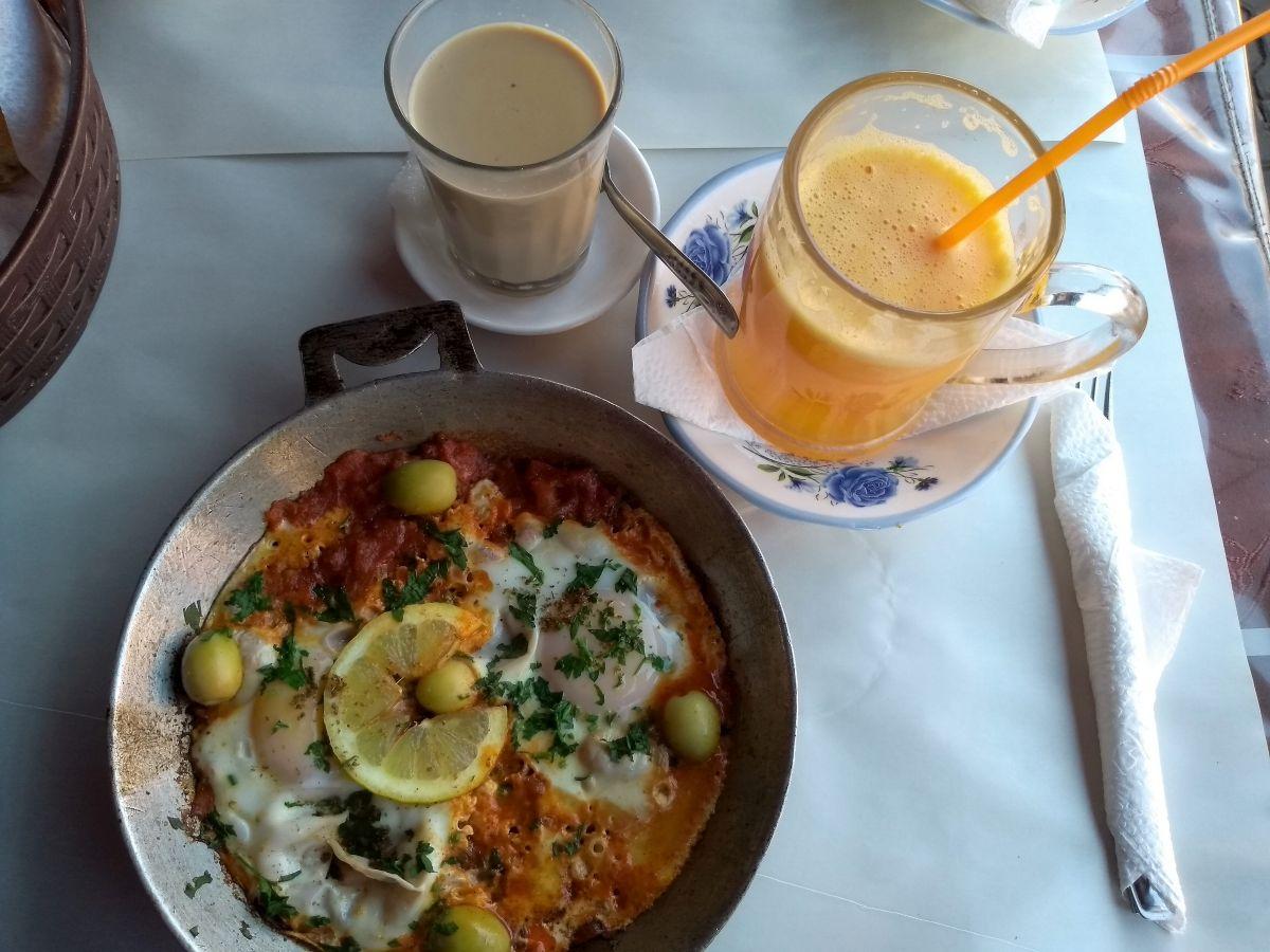Berber-Omelette und frischer Orangensaft