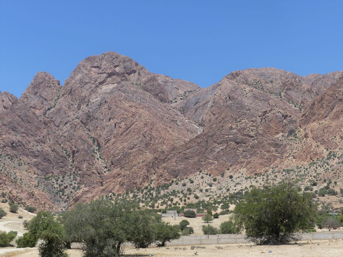 Bergkette mit Felsen, die an einen Löwenkopf erinnern