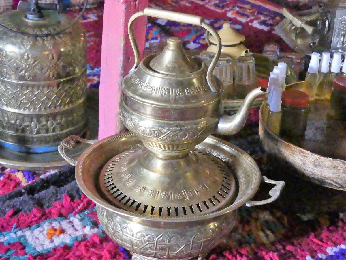 Teekanne aus ziseliertem Metall