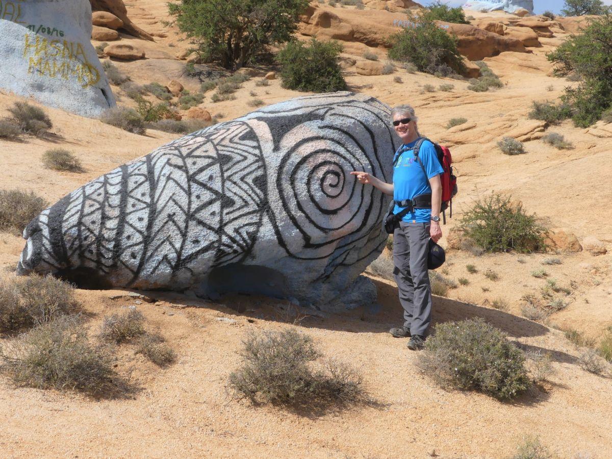 Marcus steht vor einem bemalten Felsen