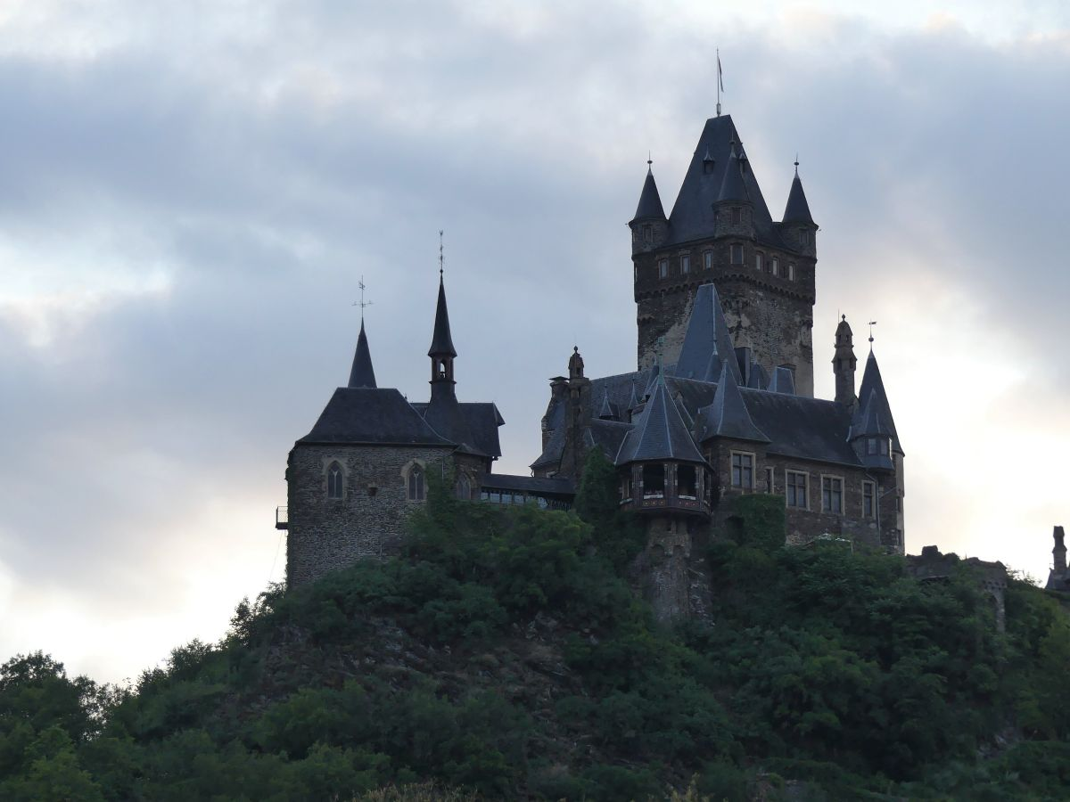 Silhouette der Burg gegen den Himmel