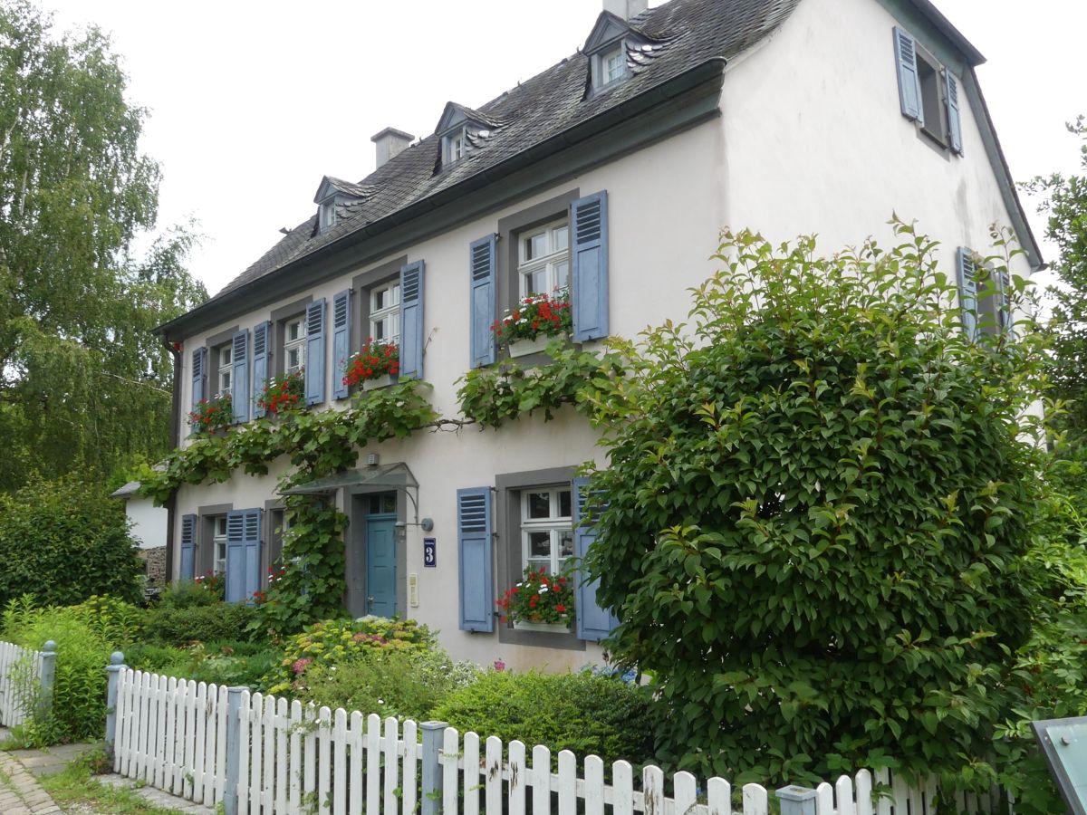 Weißes Haus mit blauen Fensterläden