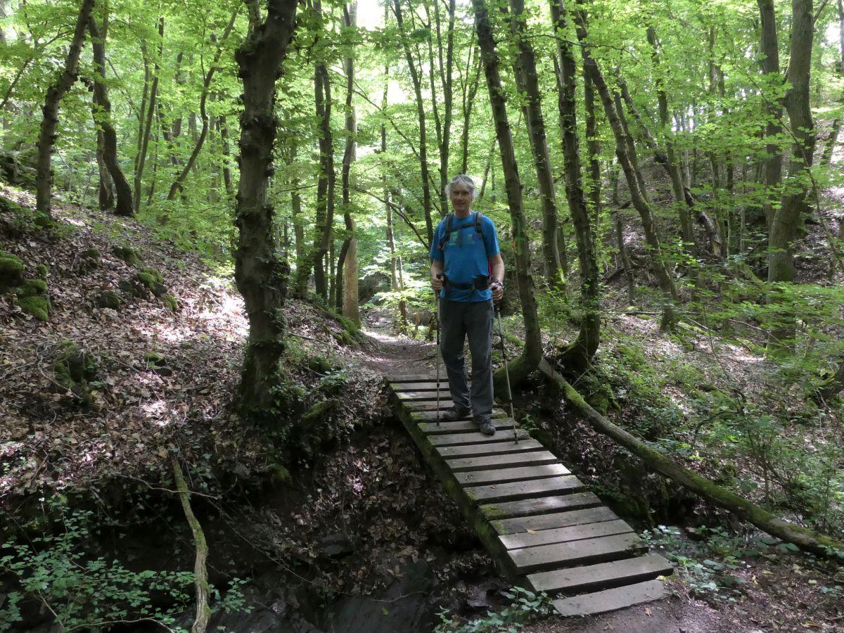 Marcus auf einem schmalen Holzsteg
