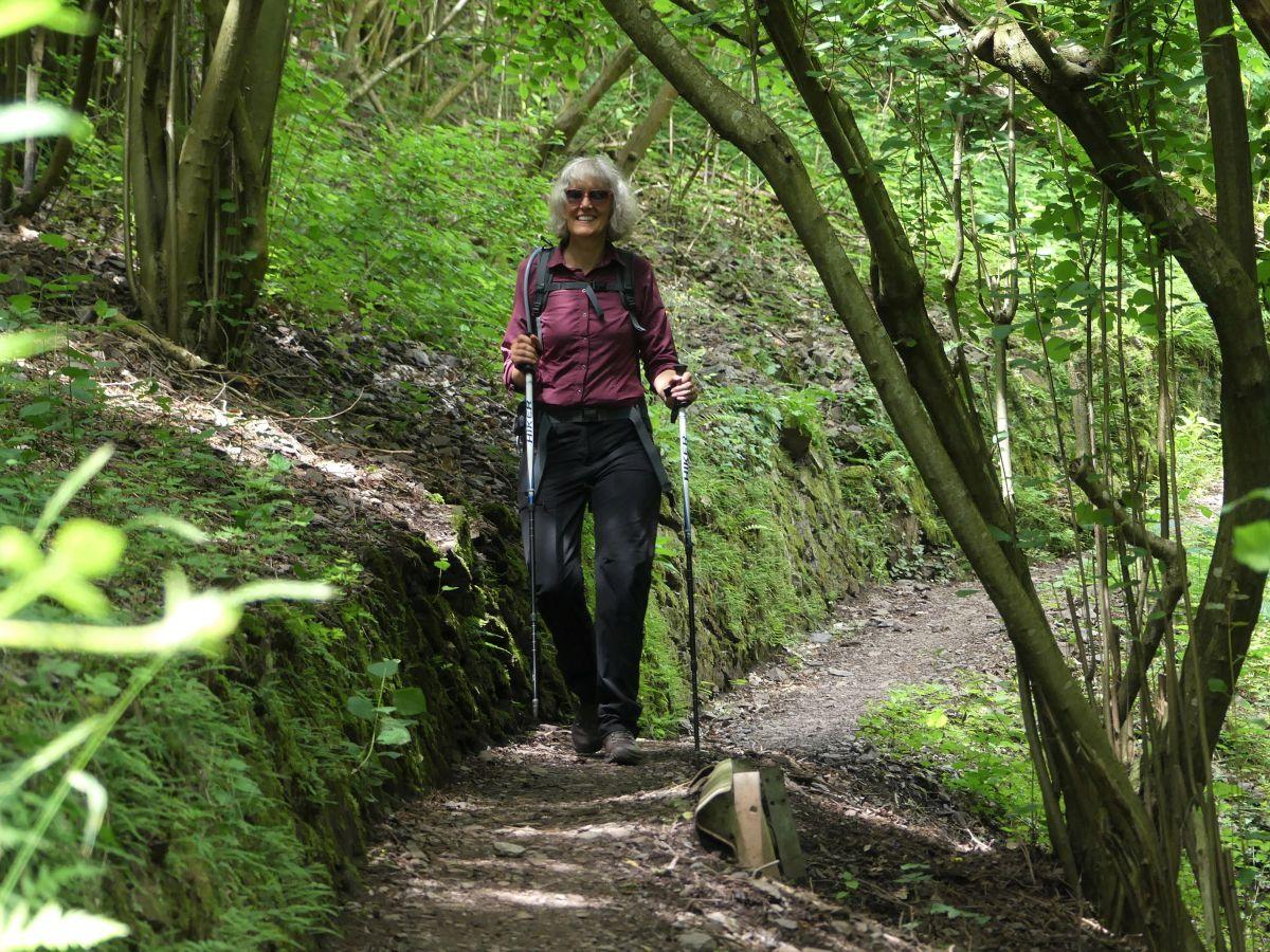 Gina auf schattigem Waldweg