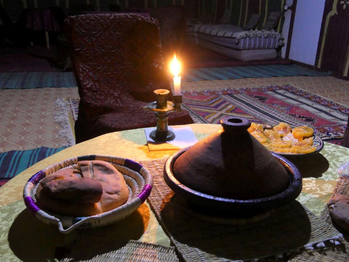 Tisch mit Tajine und Kerze