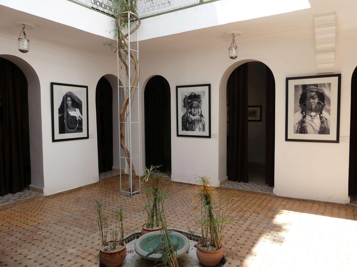 Innenhof mit Fotografien an den Wänden