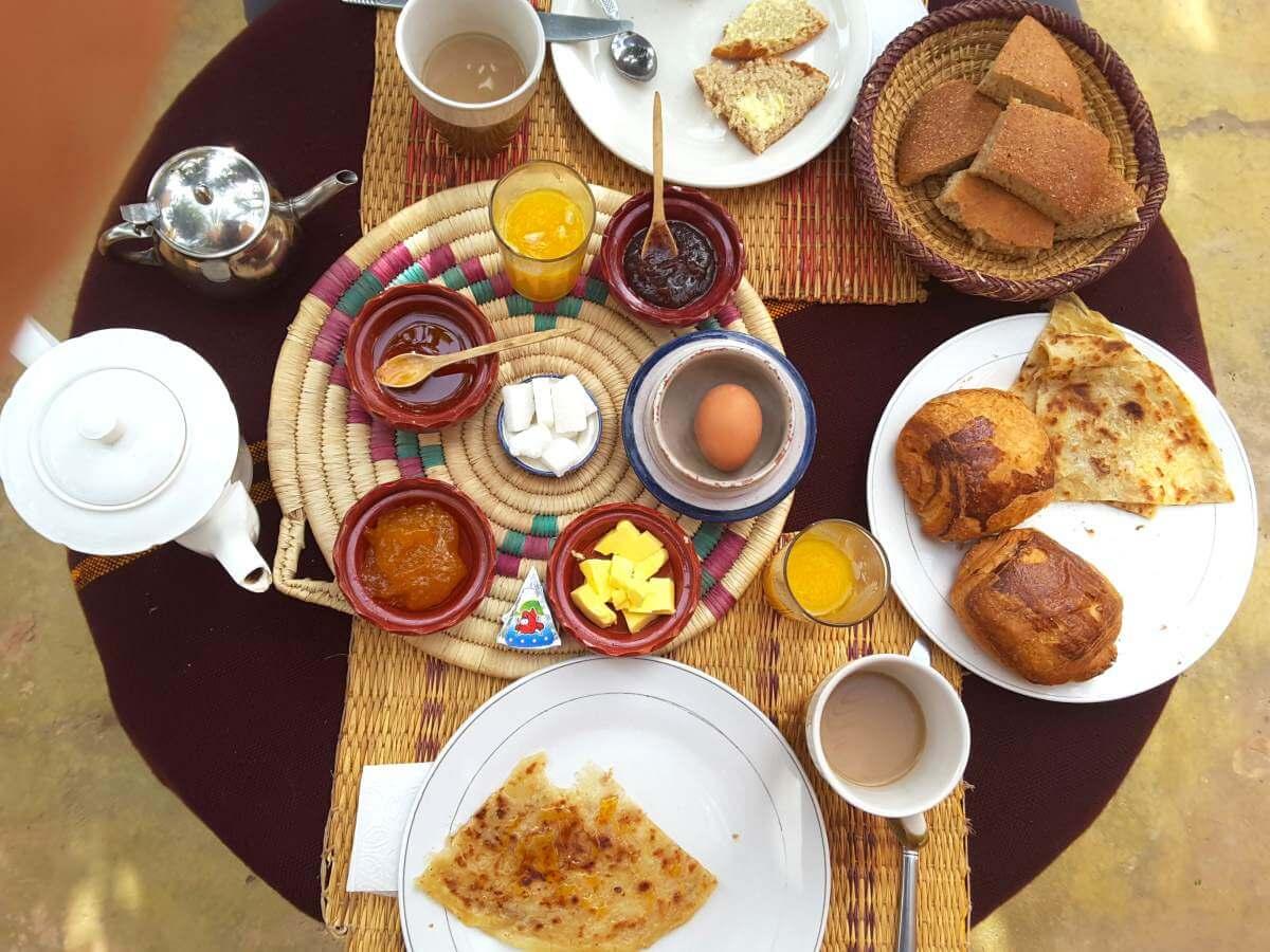 Reich gedeckter Frühstückstisch.