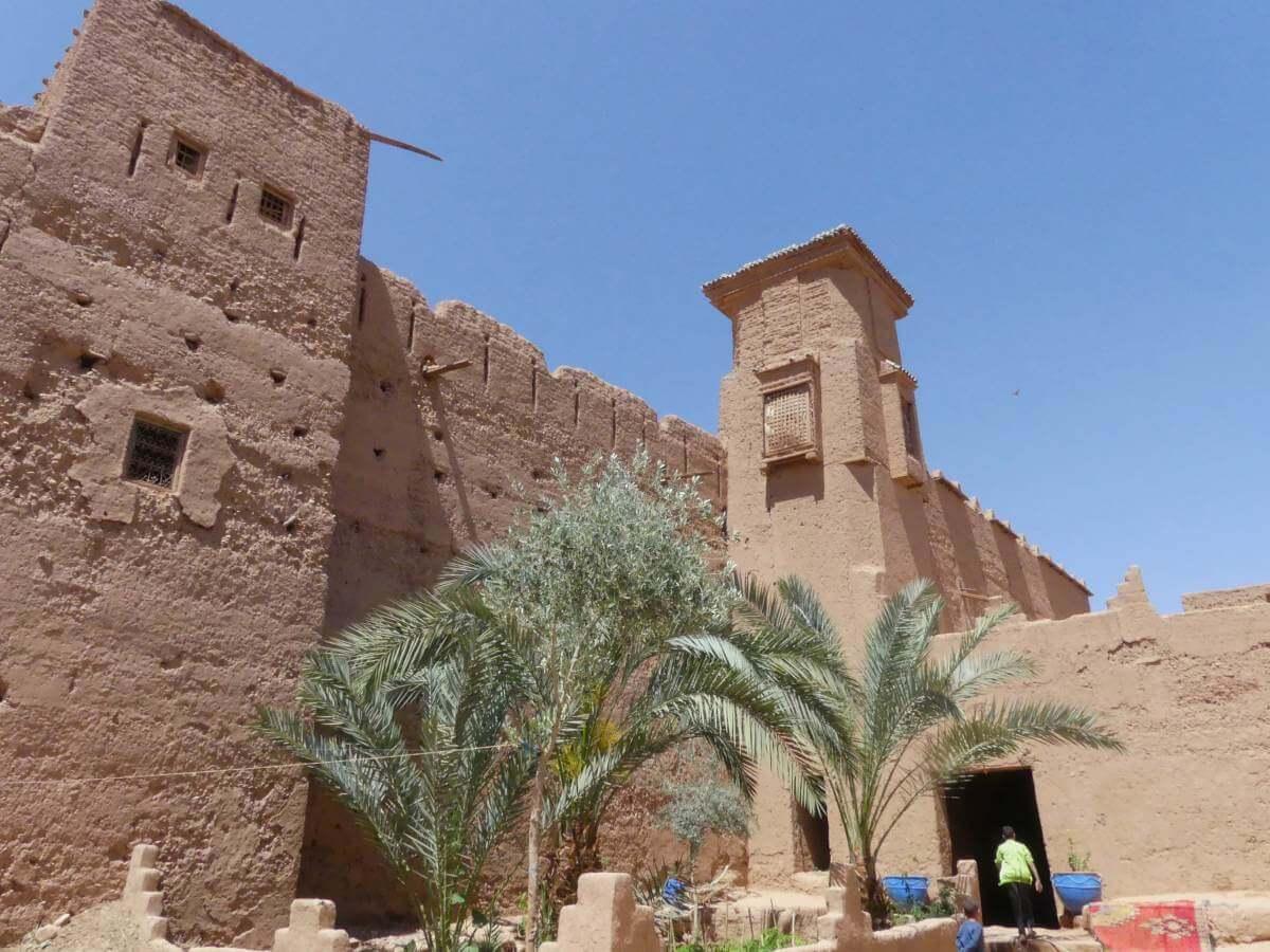 Hohe Mauern der Kasbah.