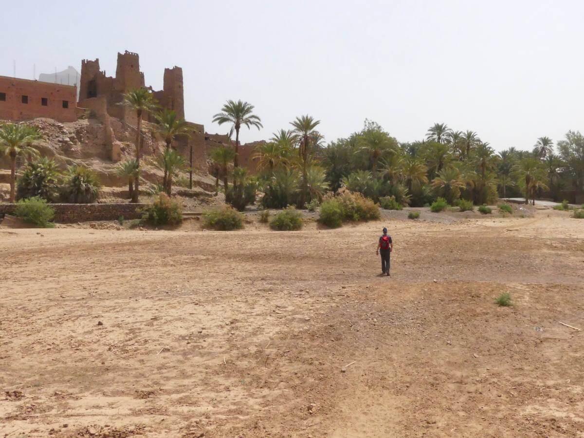 Marcus durchquert das trockene Flussbett der Draa.