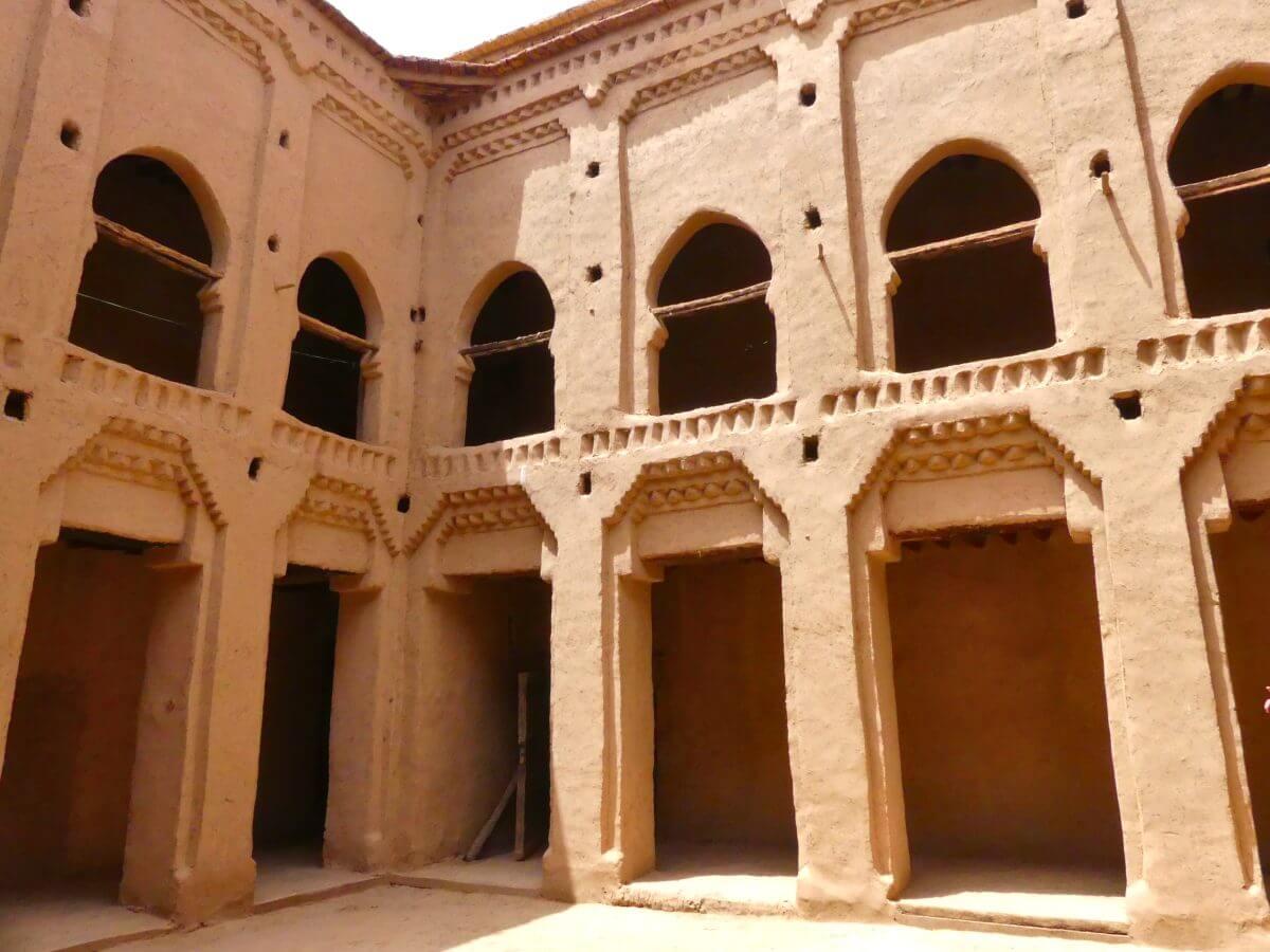 Innenhof mit orientalischen Bogengängen.