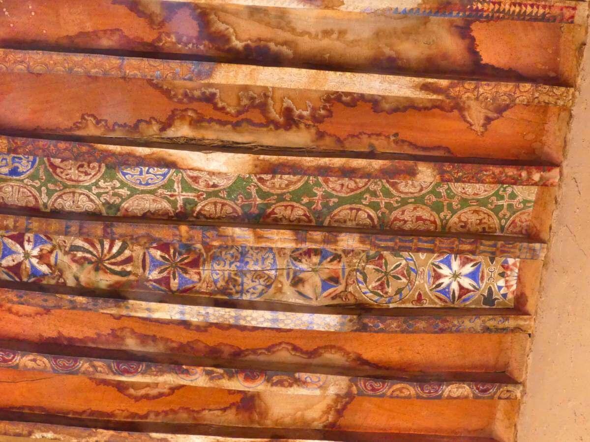 Bemalte Holzbalken der Decken in der Kasbah Tamnougalte.