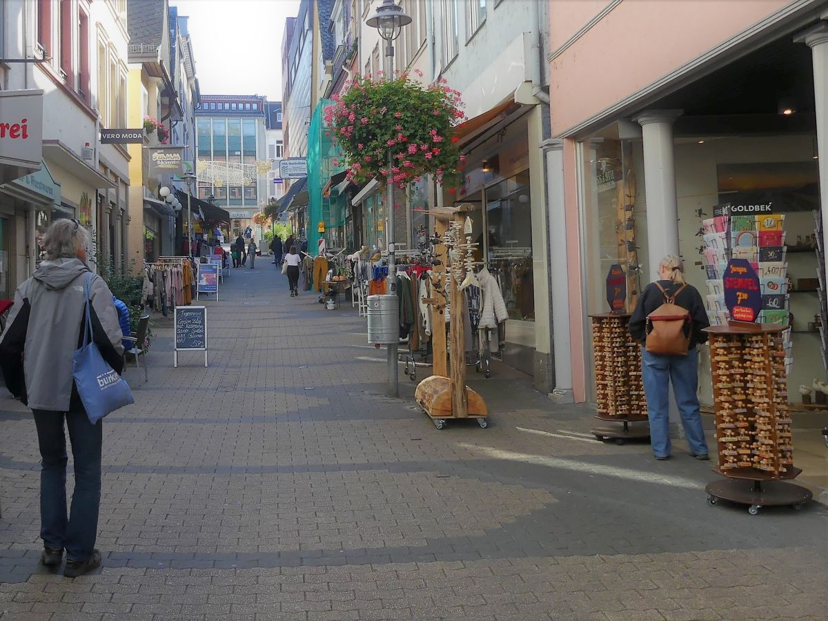 schmale Gasse mit kleinen Läden