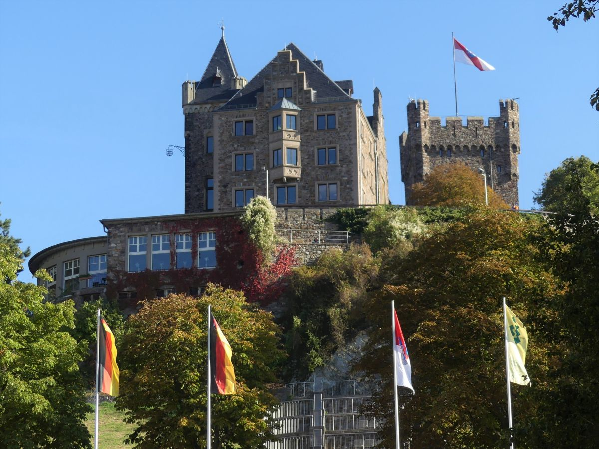 Burg Klopp auf Hügel vor blauem Himmel.