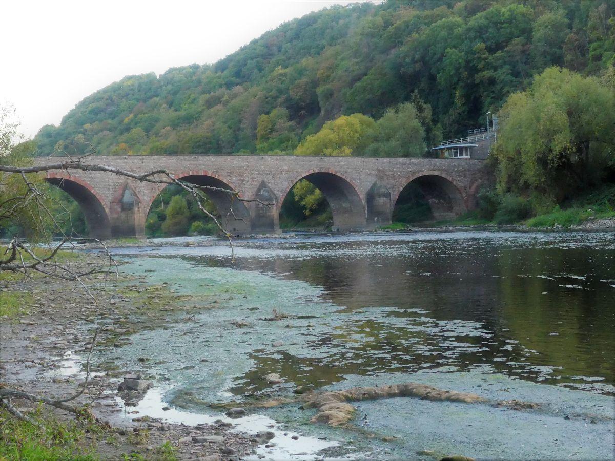 Steinbrücke mit mehreren Bögen.