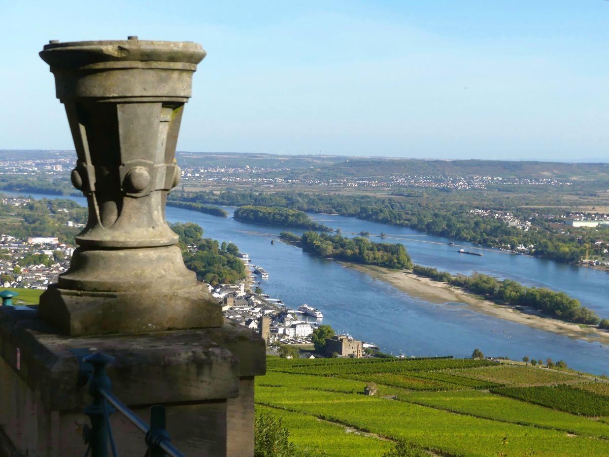 Blick von der Terrasse des Niederwald-Denkmals über den Rhein