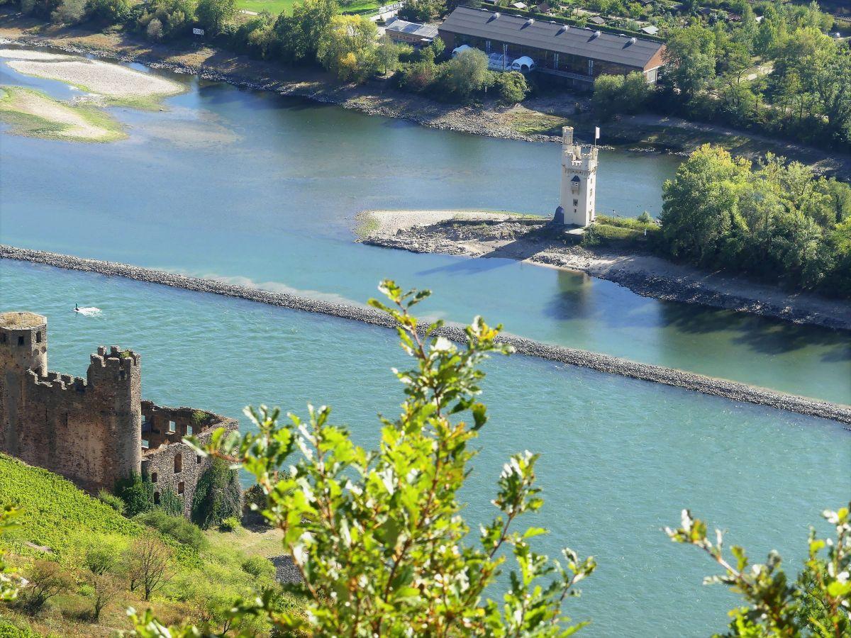 der weiße Mäuseturm im Rhein bei niedrigem Wasserstand