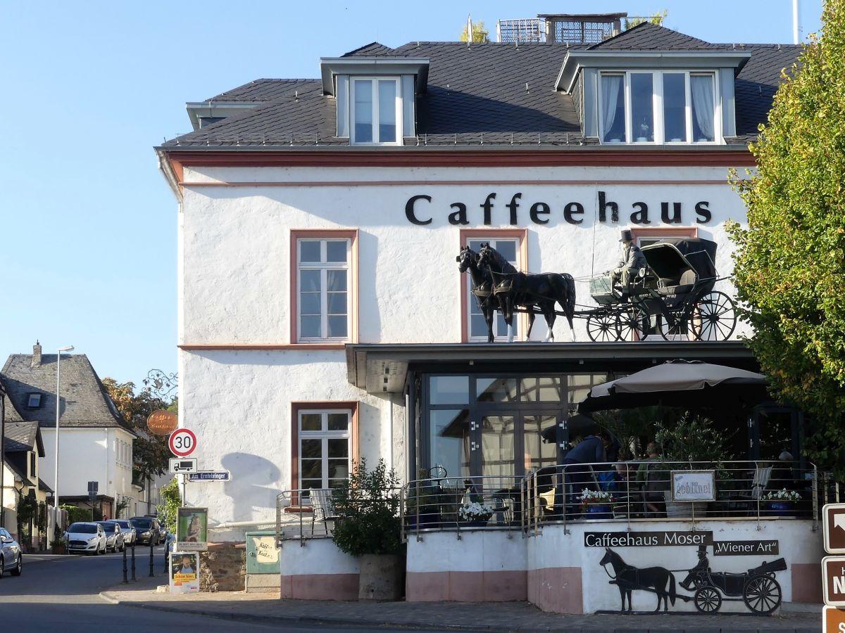 Caféhaus mit Deko-Pferdedroschke