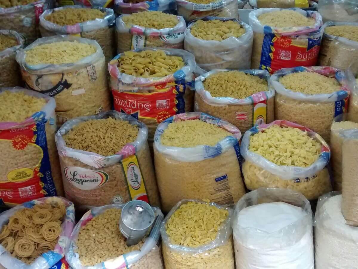 Marktstand mit Säcken voller Nudeln