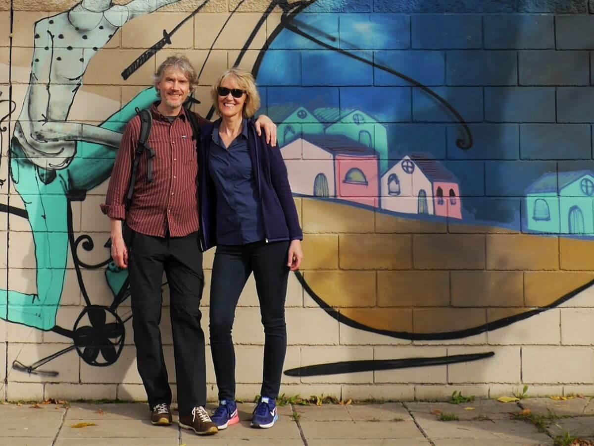 Marcus und Gina vor einer bunt bemalten Wand