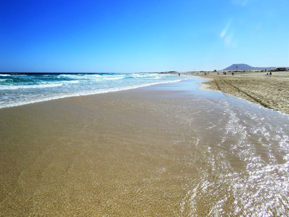 Sandstrand mit Meer und Wellen