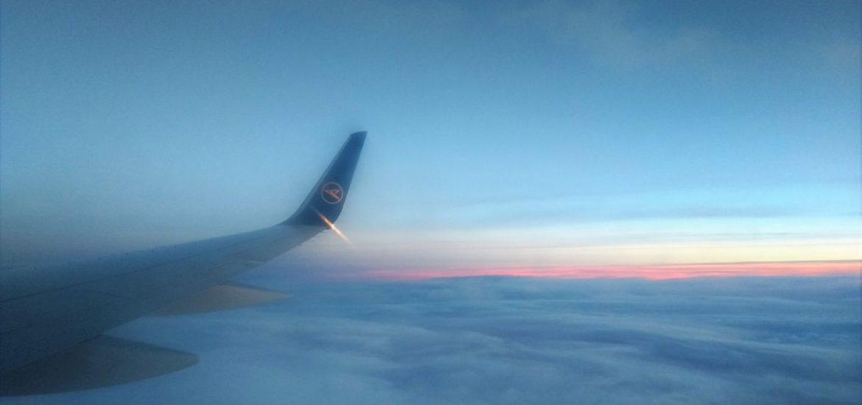 Blick aus Flugzeug über die Wolken