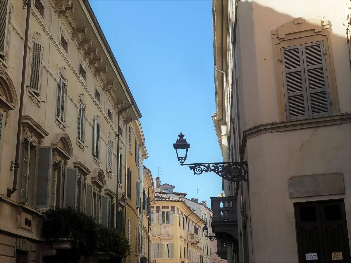 Straße mit Hausfronten im italienischen Stil
