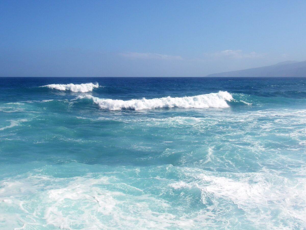 Meer mit sich brechenden Wellen