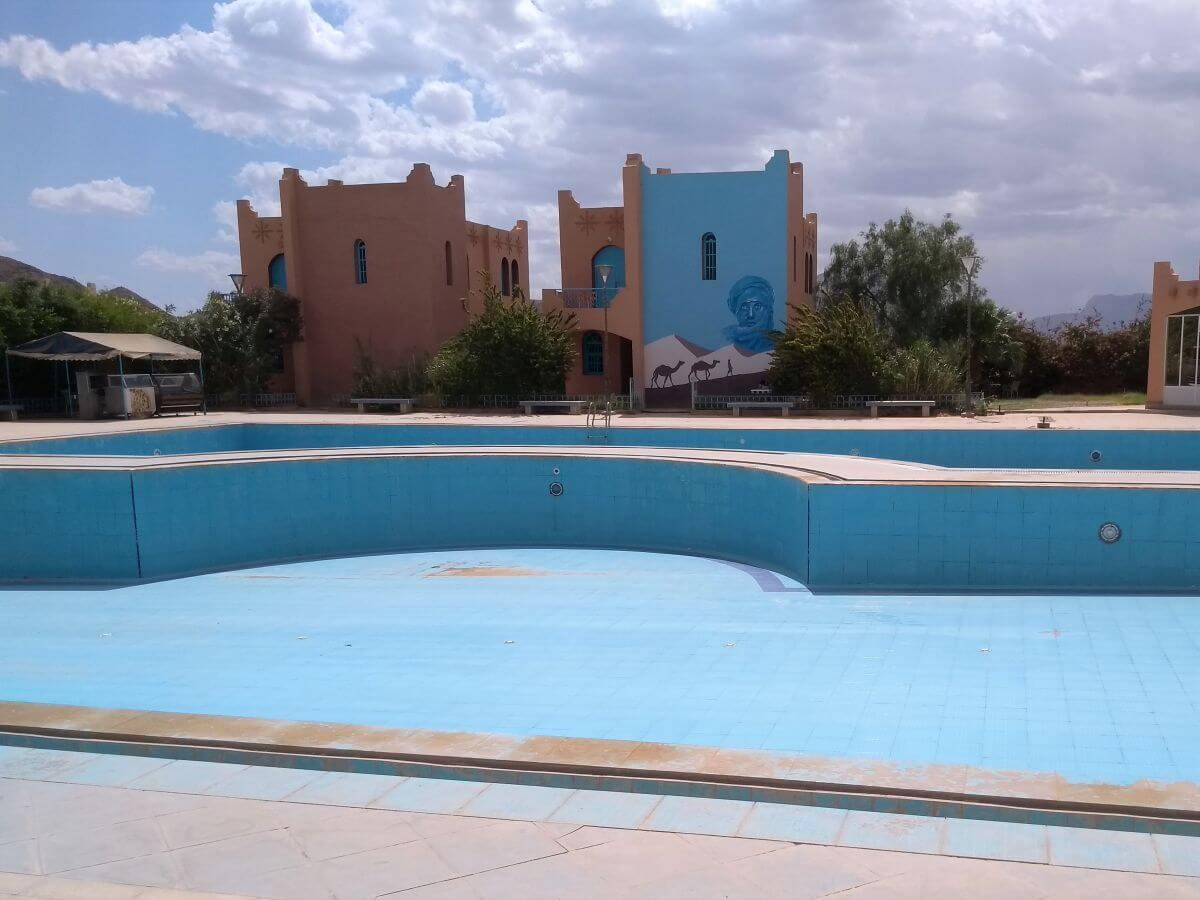 Leeres, poolblaues Schwimmbecken