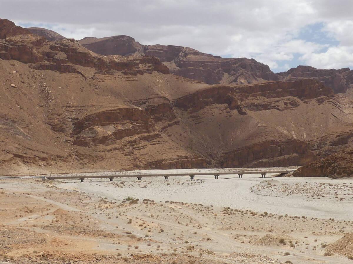 Breites Wadi mit Brücke