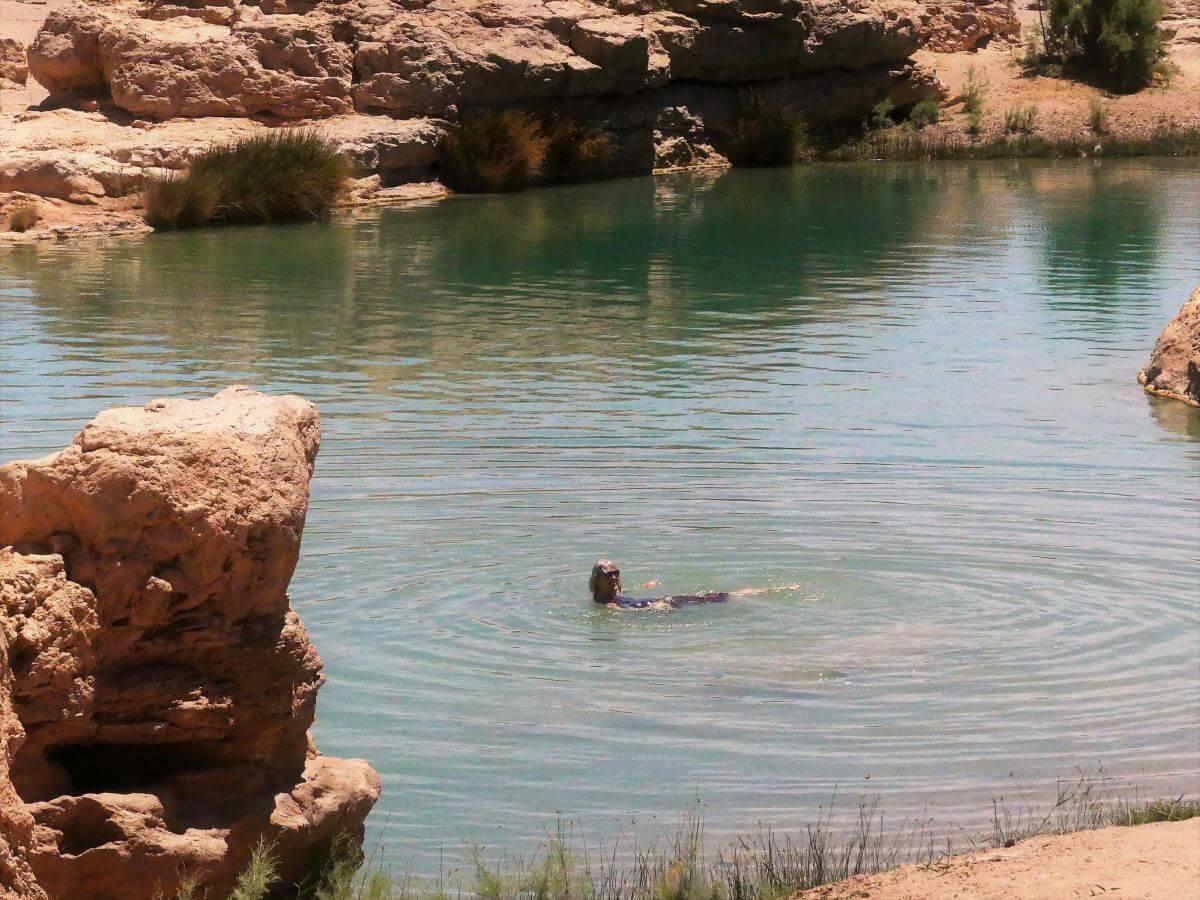 Gina schwimmt in der Oase