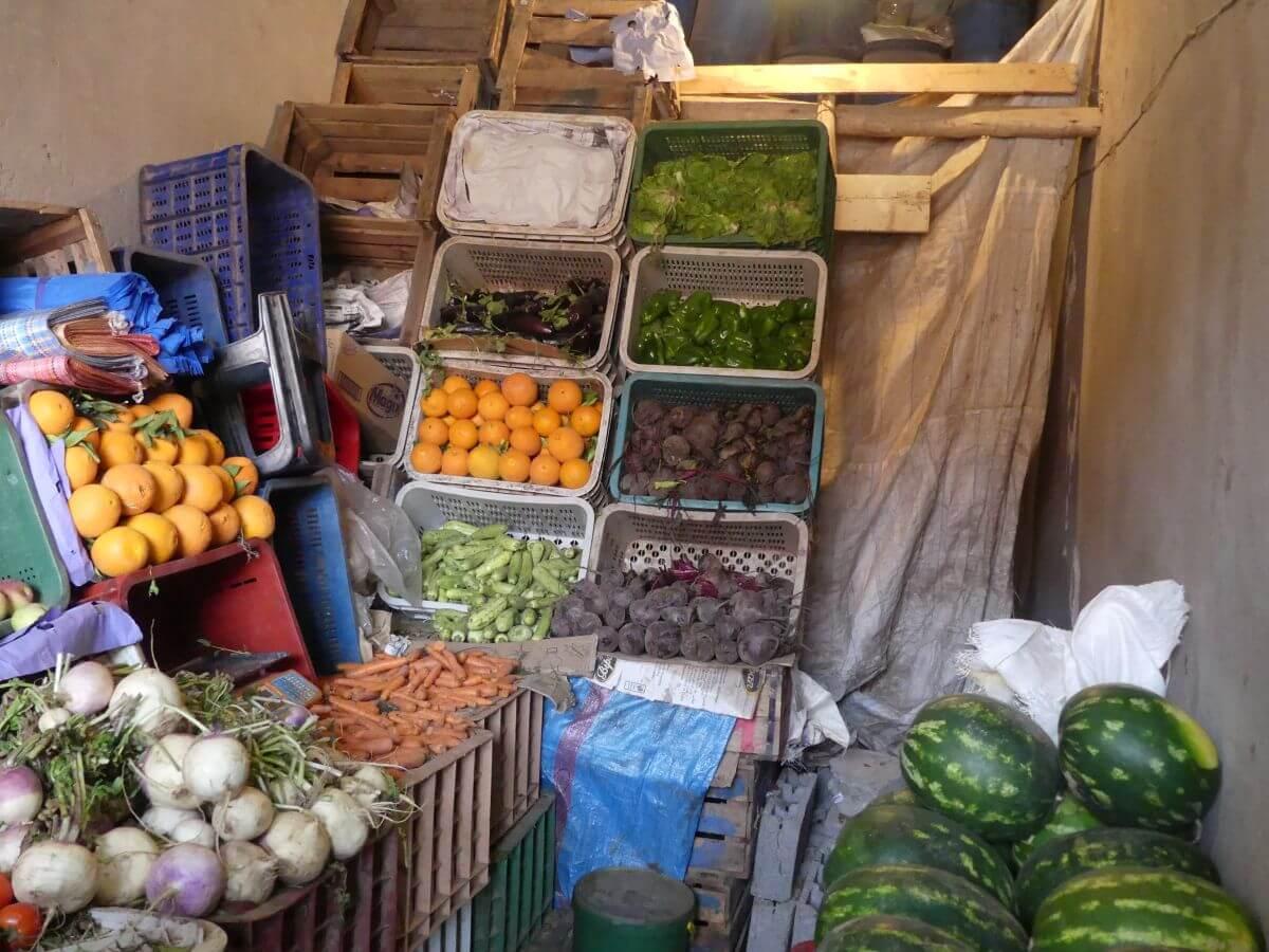 Kisten mit Obst und Gemüse stapeln sich an der Wand