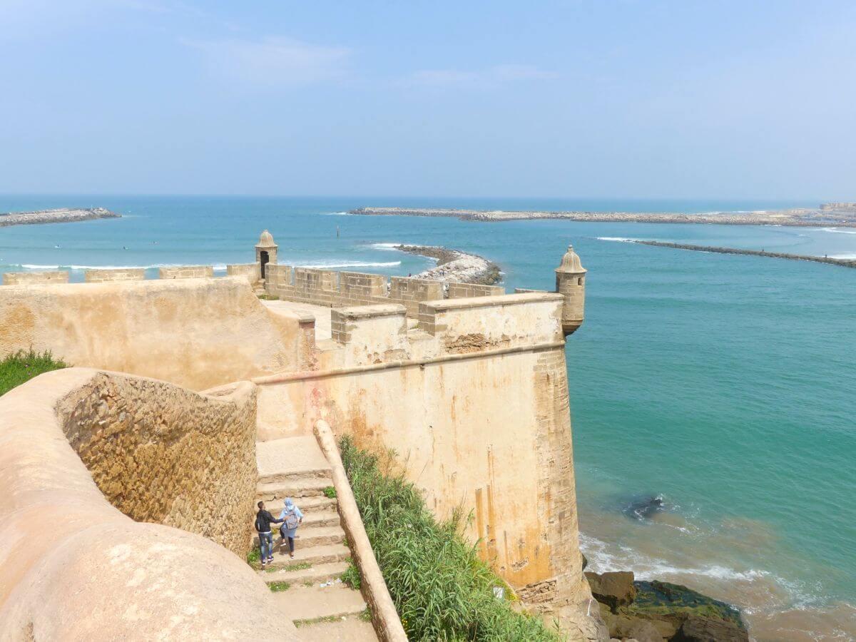 Befestigte Mauer und Wachtürme um die Terrasse