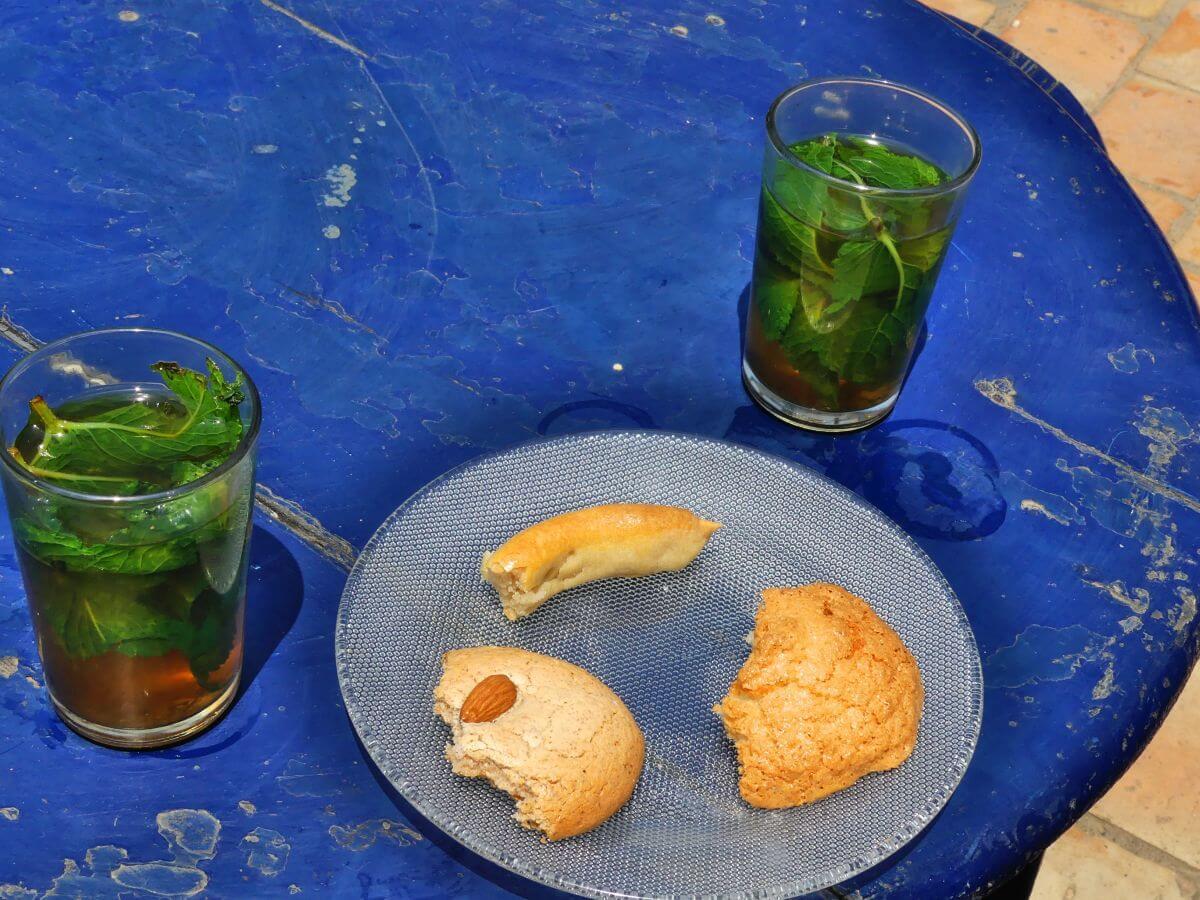 Teller mit angebissenen Plätzchen und zwei Gläser Minztee