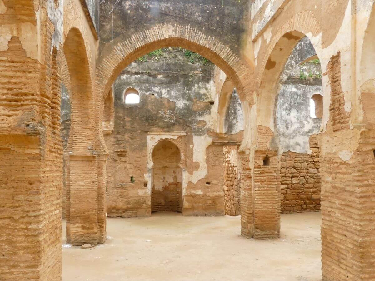 Säulen und Rundbögen