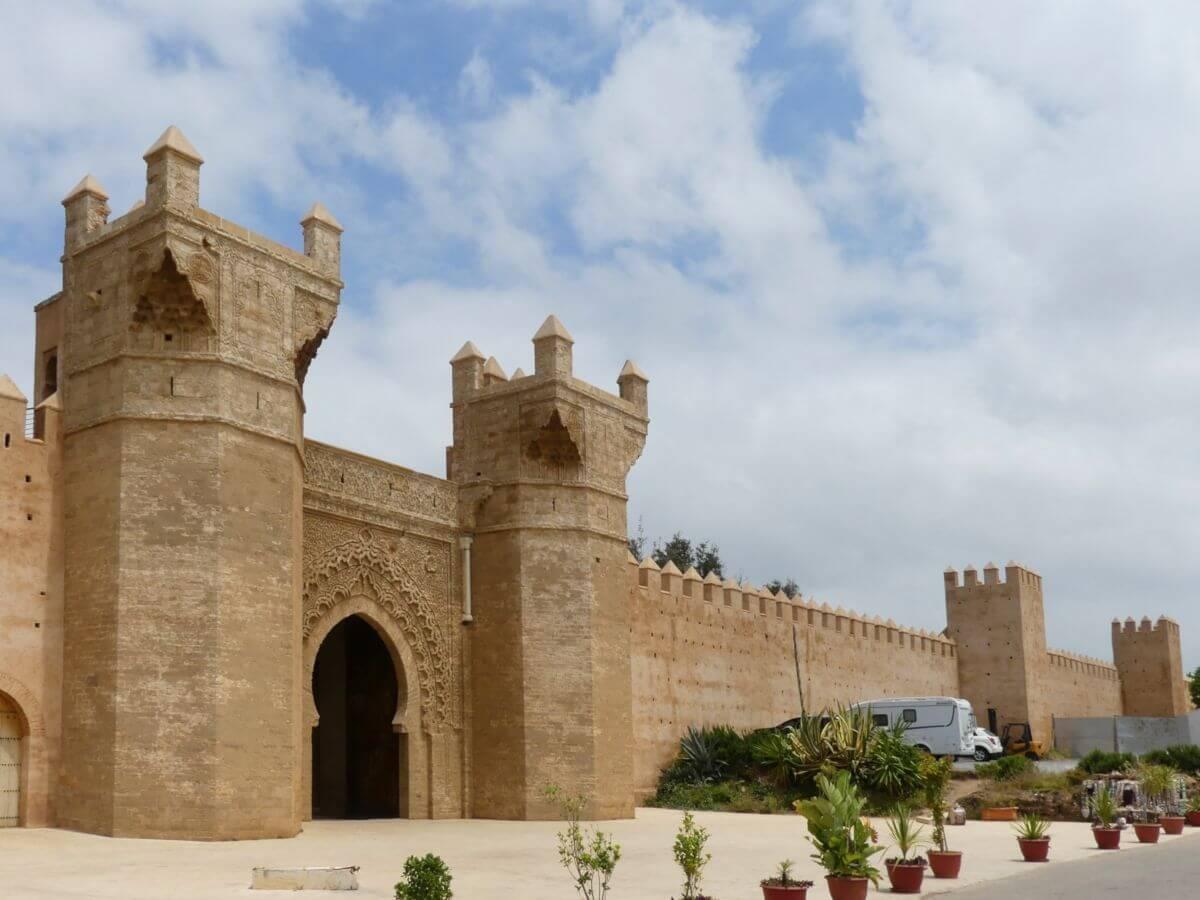 Große Mauer mit Türmen und Tor
