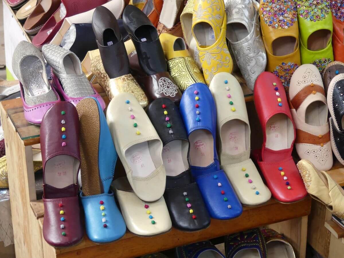 Regal mit farbigen Leder-Pantoffeln