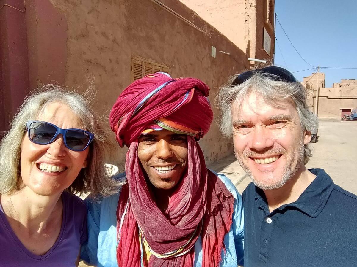 Gina und Marcus mit einem lächelnden Berber
