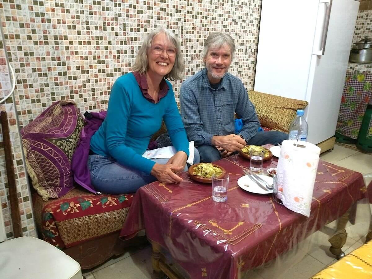 Gina und Marcus an einem niedrigem Tisch
