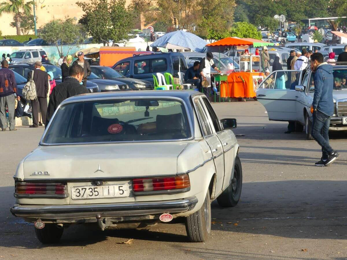 Grand Taxi vor der Place al Hedim in Meknes