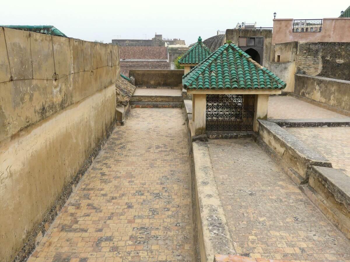 Flaches Dach mit Steinbrüstungen