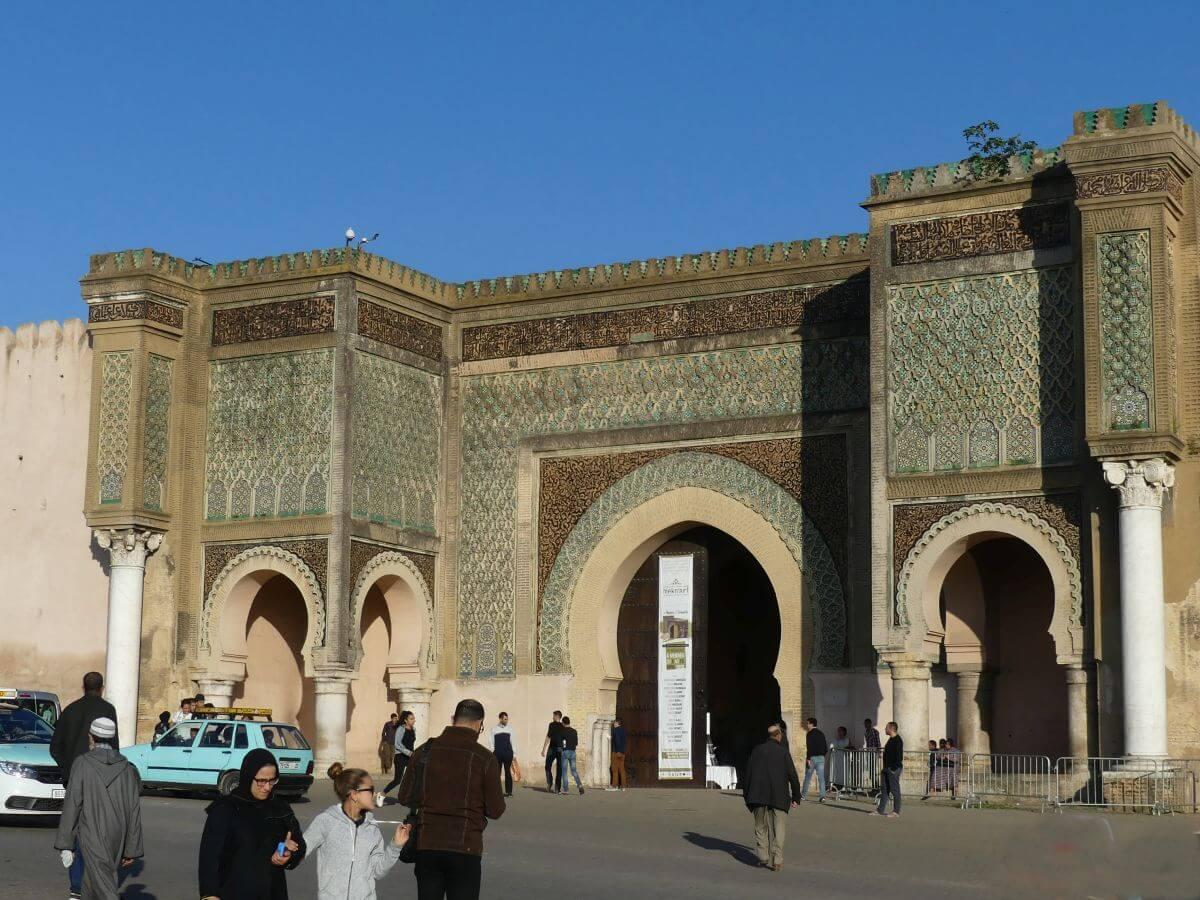 Großes Stadttor Bab al Mansour mit grünem Mosaikschmuck