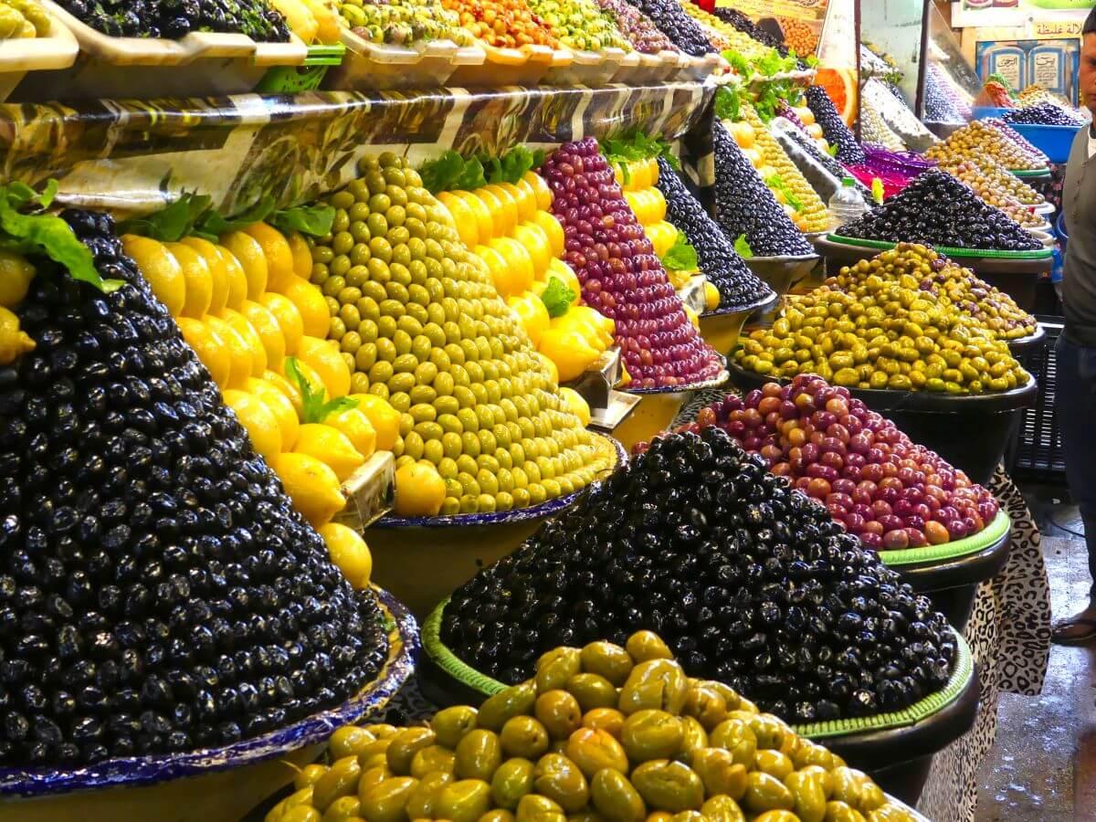 Zu Kegeln geschichtete Oliven und Früchte